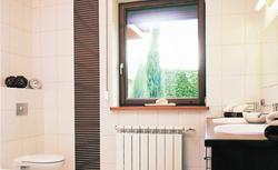 Okno w łazience może być wyzwaniem dla projektanta wnętrz