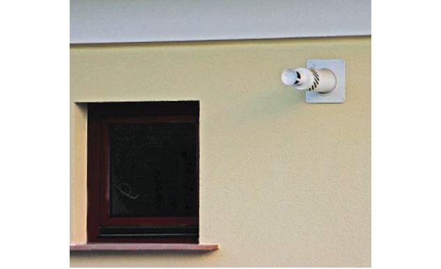 Przewód spalinowy wystawiony jest przez ścianę zewnątrzną