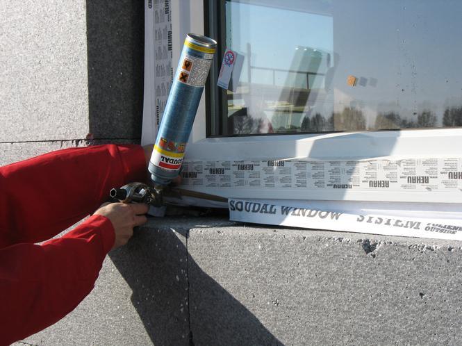 Montaż okna - nanoszenie pianki poliuretanowej
