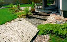 Sprytny sposób na ścieżki ogrodowe - bruk drewniany i żwir