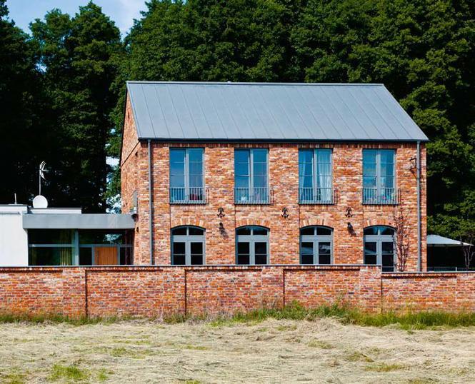 Dom w otoczeniu przyrody