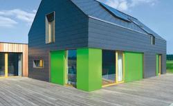 Dom z elewacją z płytek i elewacją drewnianą