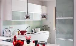 Mała kuchnia. Sprytne pomysły na szafki kuchenne i przechowywanie naczyń