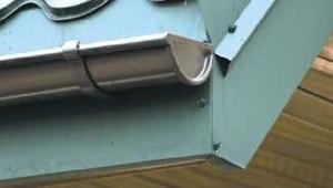 Obróbki blacharskie. Jak wykonać obróbkę okapu, obróbkę komina i kosza dachowego