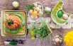 Stół ożywiony zielenią