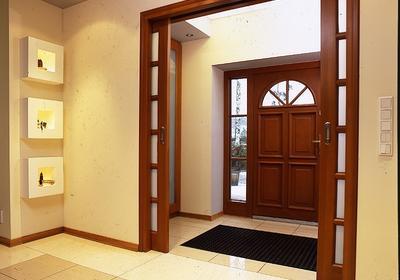Wygodne wejście do domu. Zwróć uwagę na strefę wejścia