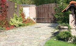 Ścieżki z kamienia w ogrodzie. Układanie kamieni w ogrodzie